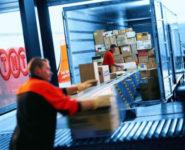 Fizyczna praca Niemcy na magazynie w Hamburgu przy rozładunku, załadunku towaru