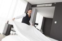 Pokojówka-pokojowy praca Niemcy dla par przy sprzątaniu w hotelu, Nadrenia-Palatynat